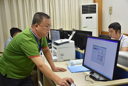 檔案調節組工作人員在核對投檔流程.jpg